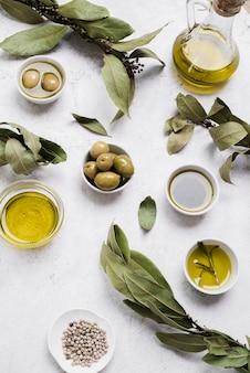 Zusammenstellung des olivenöls und der oliven auf dem tisch