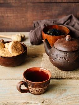 Zusammenstellung des rustikalen satzes der teekanne und der tassen