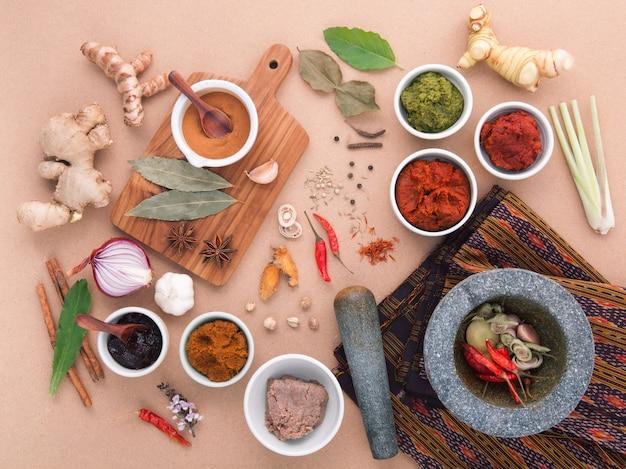 Zusammenstellung des thailändischen lebensmittels gewürzwürze kochend.