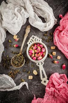Zusammenstellung des trockenen tees mit tee