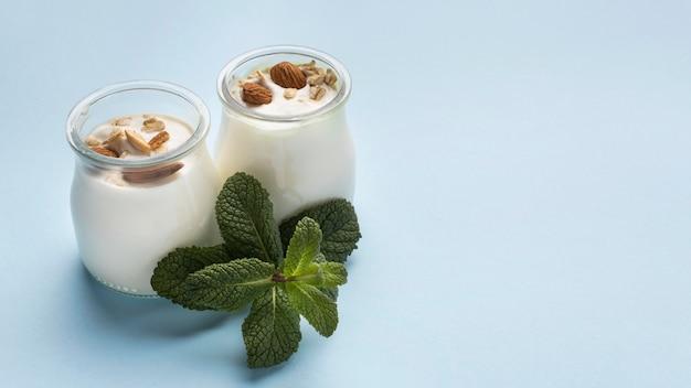 Zusammenstellung eines köstlichen frühstücks mit joghurt