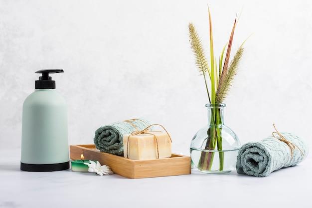 Zusammenstellung für badkonzept mit seife und tuch im kasten