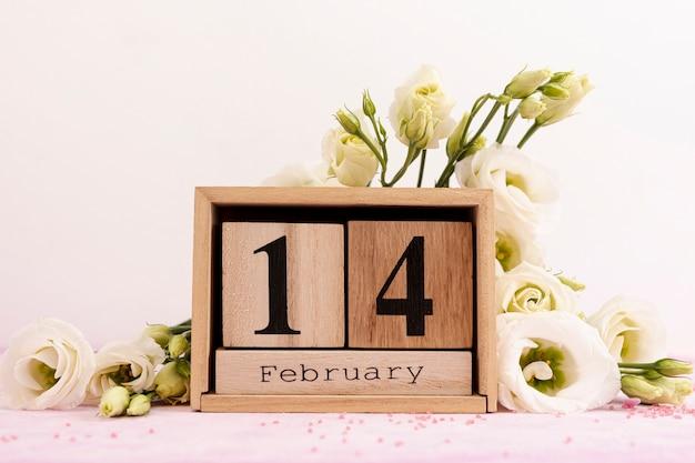 Zusammenstellung für valentinstag mit schönen blumen