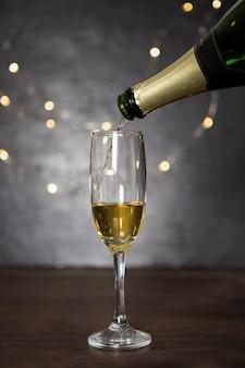 Zusammenstellung mit dem eingießen des champagners und des glases