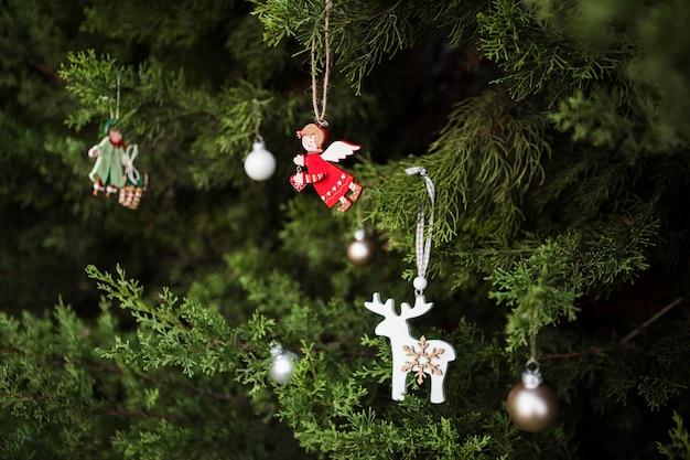 Zusammenstellung mit engel geformtem weihnachtsbaumschmuck