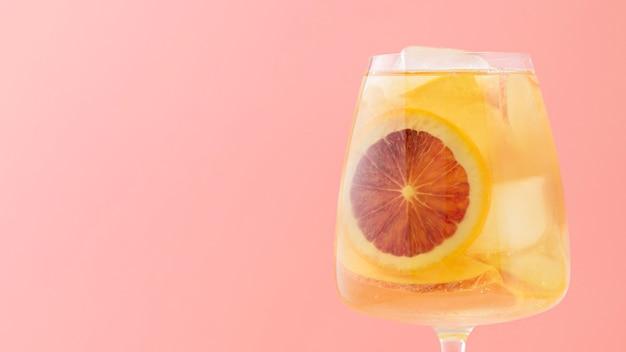 Zusammenstellung mit fruchtigem getränk und rosa hintergrund