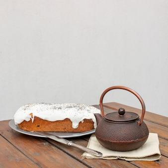 Zusammenstellung mit köstlichem kuchen und alter teekanne