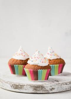Zusammenstellung mit muffins mit geschmackvoller glasur