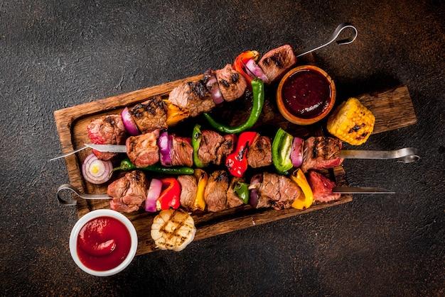 Zusammenstellung verschiedenes grilllebensmittel-grillfleisch, grillparty-festlebensmittel