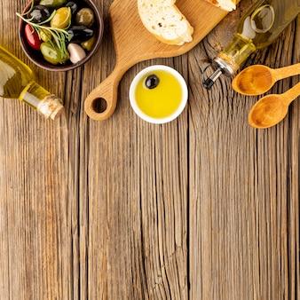 Zusammenstellung von bunten oliven mit öluntertassenbrot- und -kopienraum