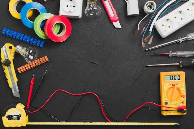 Zusammenstellung von elektrischen werkzeugen auf tabelle