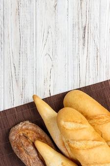 Zusammenstellung von frischen französischen stangenbroten auf einem holztisch