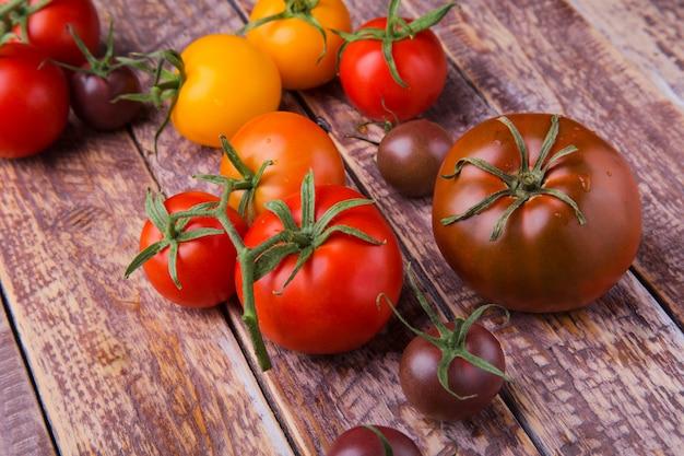 Zusammenstellung von frischen organischen bunten tomaten