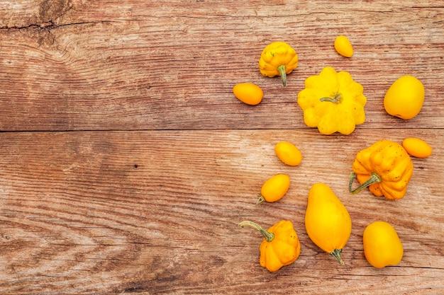 Zusammenstellung von gelben tomaten und von kürbisen