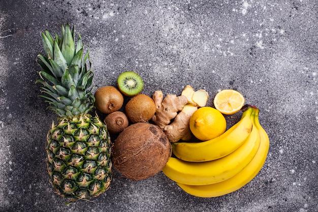 Zusammenstellung von gelben und braunen früchten