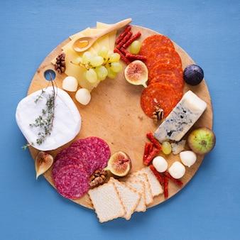 Zusammenstellung von geschmackvollen imbissen auf einer tabelle