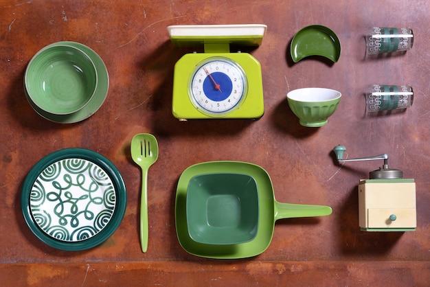 Zusammenstellung von grünen themenorientierten küchenwerkzeugen
