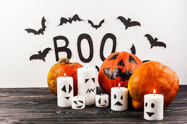 Zusammenstellung von halloween-dekorationen auf schreibtisch