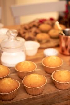 Zusammenstellung von kleinen kuchen auf hölzernem brett