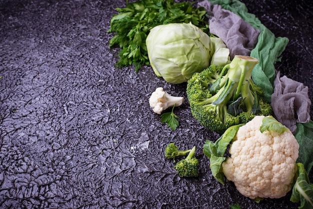 Zusammenstellung von kohlpflanzen auf konkretem hintergrund