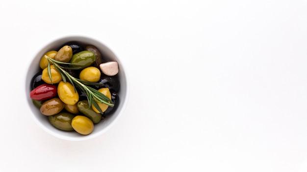 Zusammenstellung von oliven in der schüssel mit kopienraum