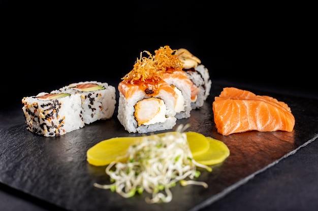 Zusammenstellung von sushi auf platte
