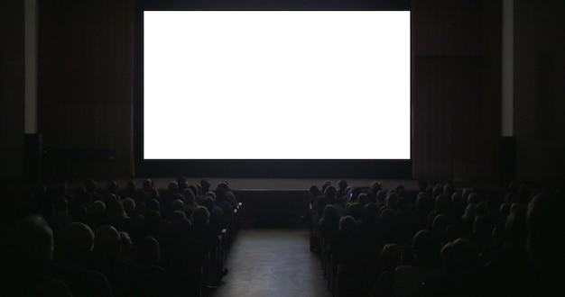 Zuschauer im dunklen kinosaal mit leerem bildschirm