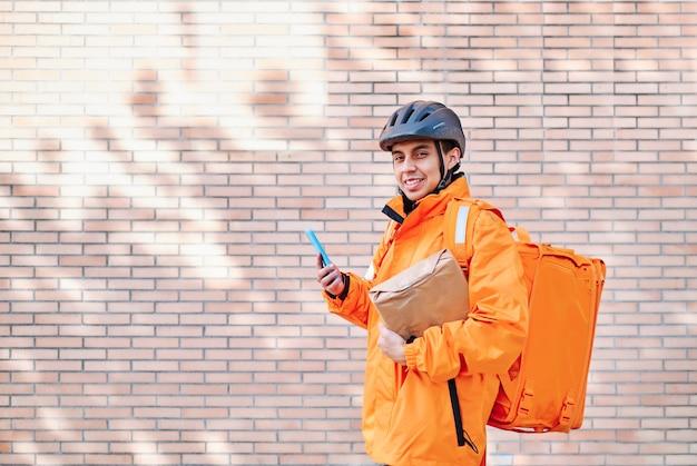 Zusteller bei einer lieferung, die von seinem smartphone geführt wird