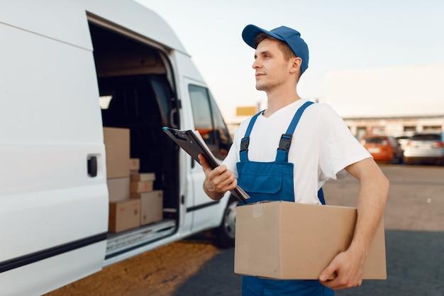 Zusteller in uniform gibt paket, lieferung