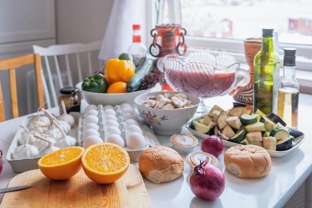 Zutat rohkost mit gemüse und obst, die sich zum kochen auf dem tisch vorbereiten