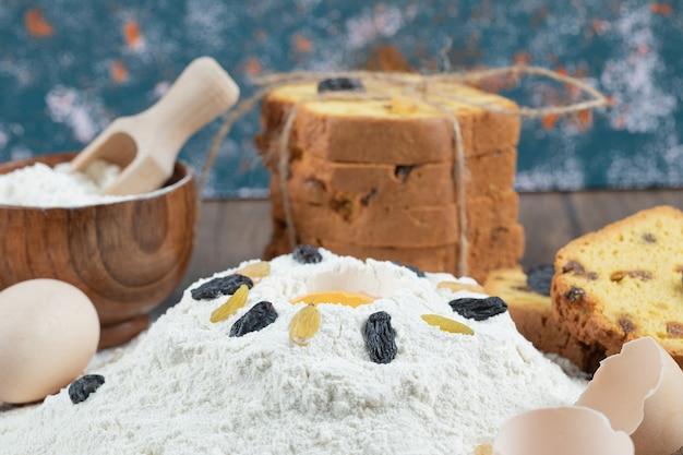 Zutaten auf einen holztisch legen und kuchen backen