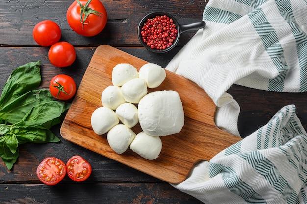 Zutaten caprese-salat mit mozzarella und basilikum
