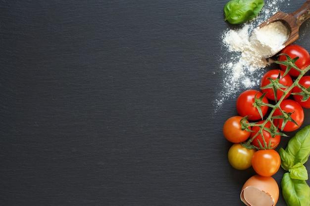 Zutaten der italienischen küche: tomaten, basilikum, eier, mehl