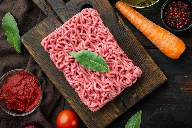 Zutaten der klassischen italienischen bolognese-sauce, hackfleisch