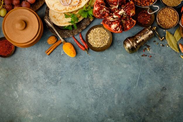 Zutaten des nahen ostens oder der arabischen tradition auf konkretem hintergrund