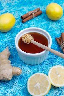 Zutaten: frischer ingwer, zitrone, zimtstangen, honig, getrocknete nelken zur stärkung der immunität und gesundes vitamin-getränk