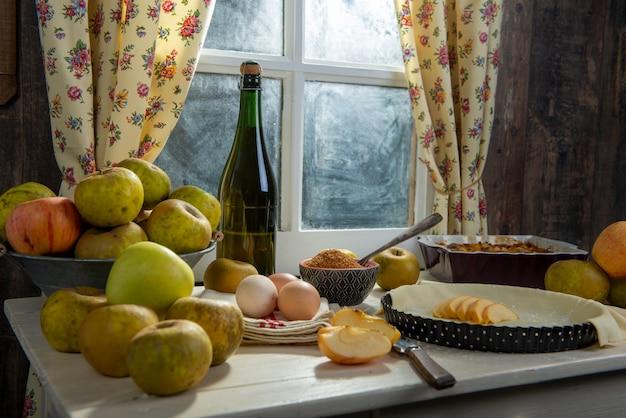 Zutaten für apfelkuchen, äpfel, eier, teig