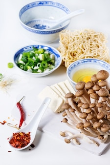 Zutaten für asiatische ramensuppe