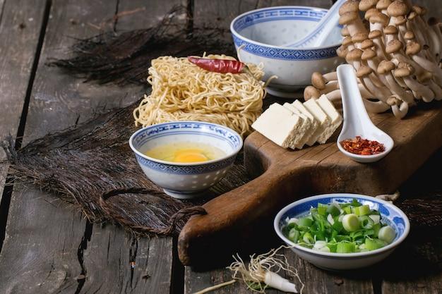 Zutaten für asiatische suppe ramen