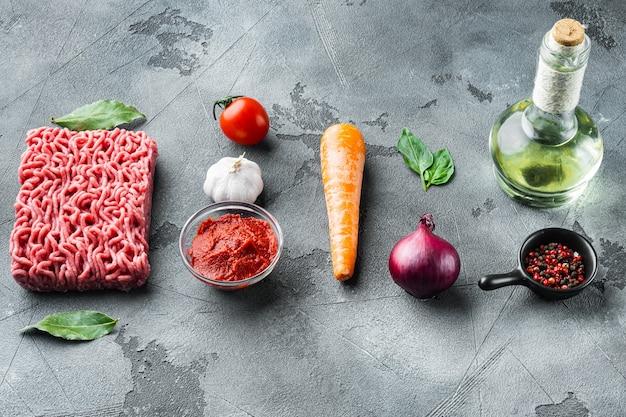 Zutaten für bolognese-sauce, hackfleisch-tomaten und kräuter