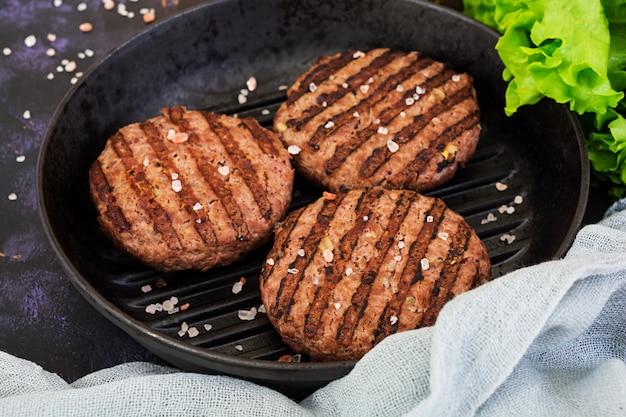 Zutaten für burger. rindfleisch auf dem grill gekocht