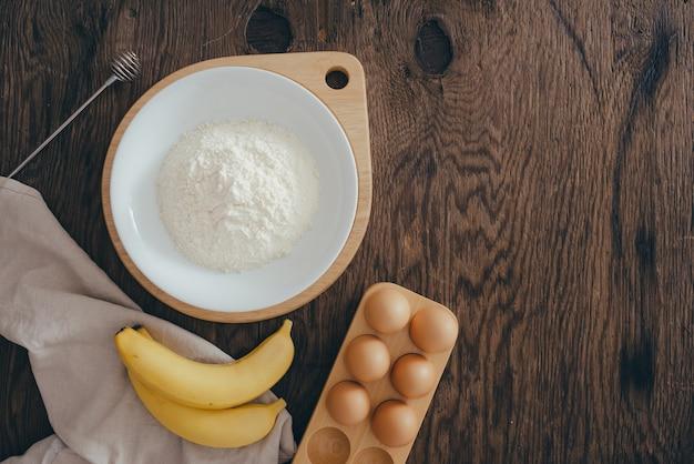 Zutaten für butterkuchen auf holztisch