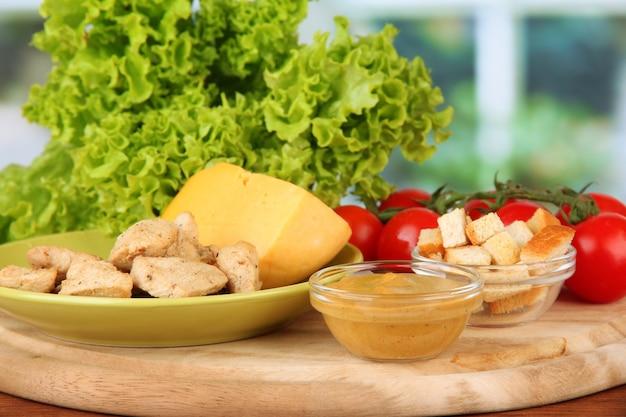 Zutaten für caesar salat auf hellem hintergrund