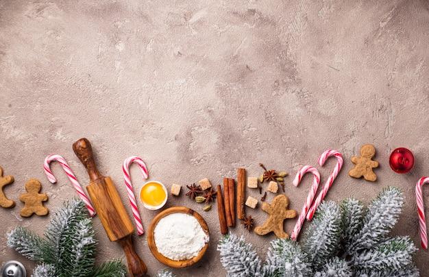Zutaten für das backen von weihnachtsplätzchen auf braunem hintergrund