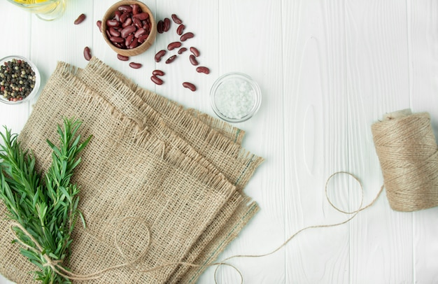 Zutaten für das kochen gesunder lebensmittel. kochhintergrund, weißer hintergrund. hintergrund mit sackleinen. kopierraum hintergrundmenütabelle.