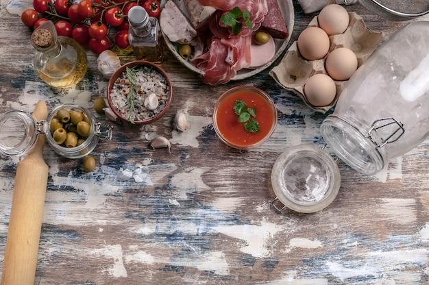 Zutaten für das kochen traditioneller italienischer pizza. draufsicht