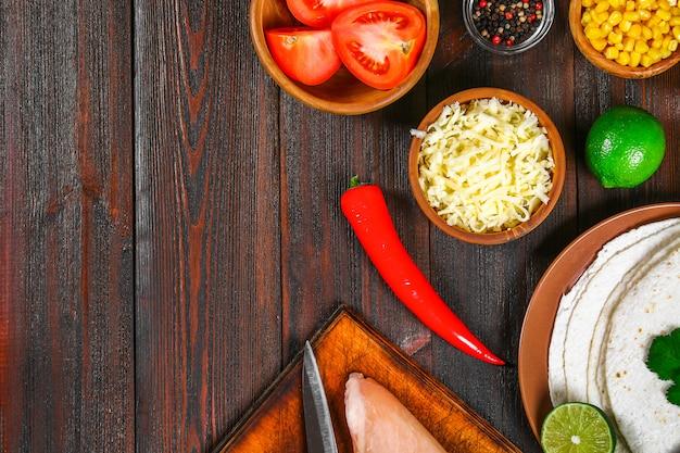 Zutaten für das kochen traditioneller mexikanischer enchiladas.
