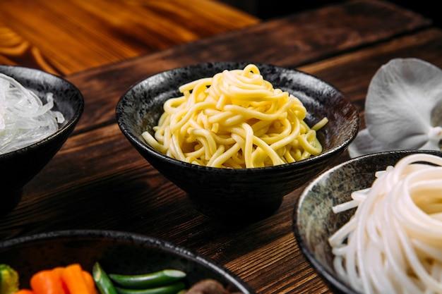 Zutaten für das kochen von nudeln der asiatischen küche
