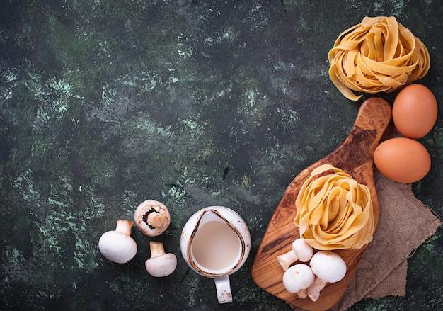 Zutaten für das kochen von nudeln mit pilzen