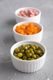 Zutaten für den traditionellen russischen salat olivier
